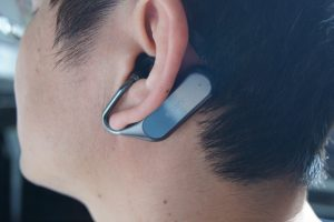 SONY Xperia Ear Duoを装着した様子